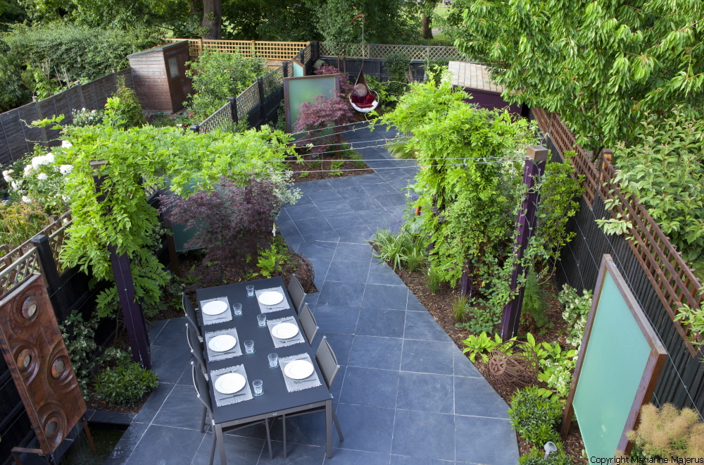 Merveilleux Diagonally Designed Contemporary Garden, Slate Paving, Table And Chairs,  Screens